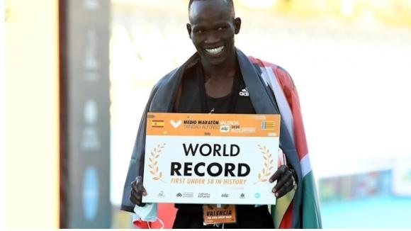 Кениец подобри световния рекорд в полумаратона
