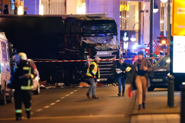 Камион се вряза в коледен базар