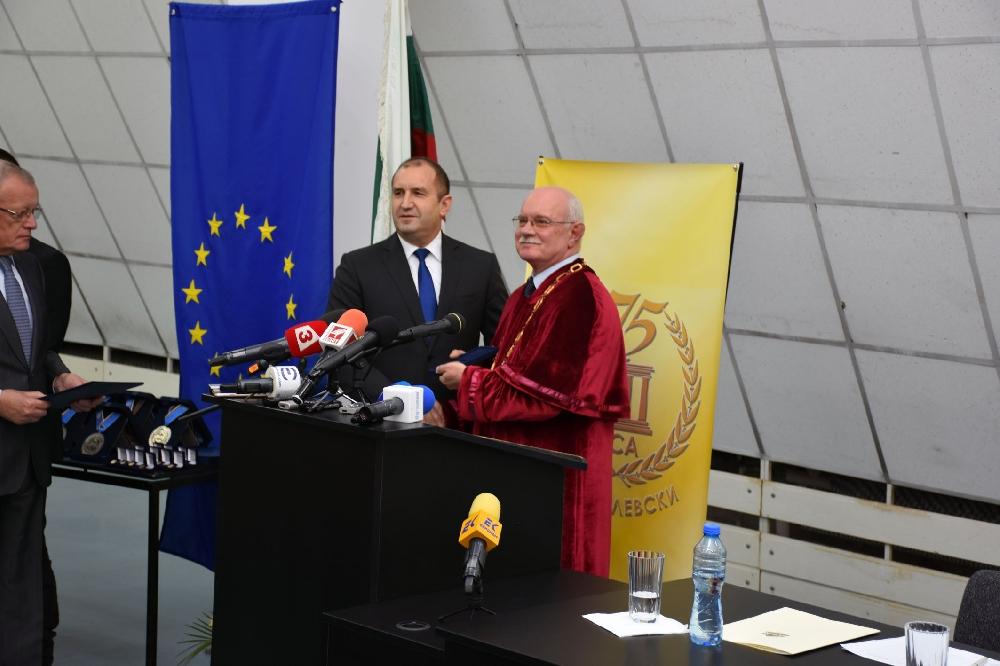 Президентът Румен Радев удостои НСА с почетен знак