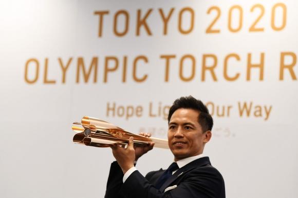Олимпийският факел в стил на вишнево дърво