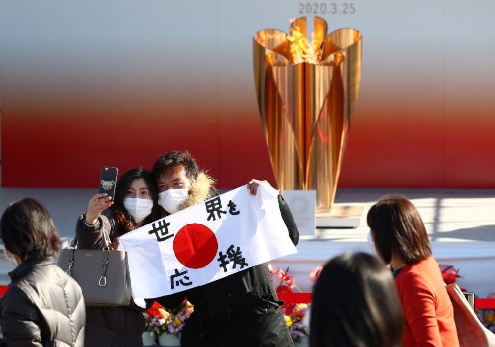 Япония скри олимпийския огън до догодина